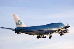 Großes Boeing 747, das zur Sonne fliegt Lizenzfreie Stockfotografie