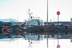 Großes Boot in einem Schwarzen Meer stockbild