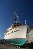 Großes Boot im trockenen Dock Stockfotos