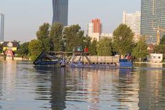 Großes Boot in Wien, welches das Wasser säubert stockfotografie