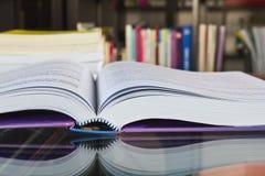Großes Buch in der Bibliothek Lizenzfreie Stockfotografie
