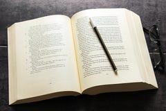 Großes Buch, Stift und Gläser Lizenzfreies Stockfoto