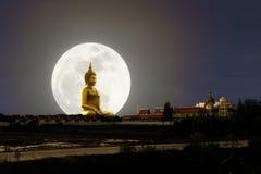 Großes Buddha-Bild mit Abendessenmond stockbild