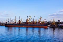 großes bulck Schiff mit Kranlandschaft Lizenzfreies Stockfoto