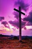 Großes christliches Kreuz, das auf einen Hügel Radobyl in Bereich CHKO Ceske Stredohori am Abend nach Sonnenuntergang im tschechi Stockbilder