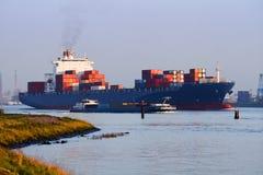 Großes Containerschiff auf dem Fluss lizenzfreies stockfoto