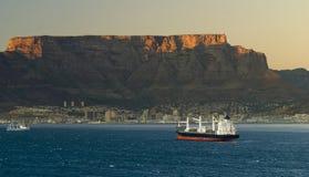 Großes Containerschiff, das Cape Town sich nähert Stockfoto