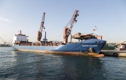 Großes Containerschiff in einem Dock am Hafen, Haydarpasa, Istanbul Lizenzfreies Stockfoto