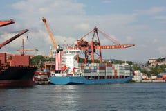 Großes Containerschiff in einem Dock am Kanal Stockfotografie