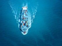 Großes Containerschiff kommt zum Hafen Lizenzfreie Stockfotografie