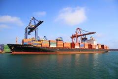 Großes Containerschiff RIO DE JANEIRO DRÜCKEN in Valencia aus Stockfotografie