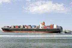Großes Containerschiff und Versuchsboot Lizenzfreie Stockbilder