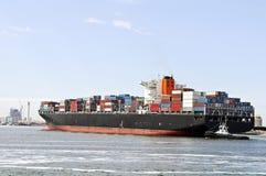 Großes Containerschiff und Versuchsboot Stockfoto