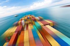Großes Containerschiffschiff und der Horizont, Bewegungsunschärfe Stockfotografie