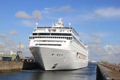 Großes Cruiseship in einer Verriegelung Lizenzfreies Stockbild