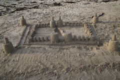Großes dennoch einfaches Sandburg auf dem Strand mit Meerespflanze im Ba Lizenzfreie Stockfotos