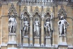 Großes Detail von Statuen auf dem Rathaus (Rathaus) Wien Stockbilder