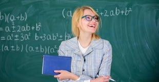 Großes Empfehlungsschreiben Lehrergriff-Buchstand-Fronttafel der Frau lächelnde Empfehlung spitzt Anwendung lizenzfreie stockbilder