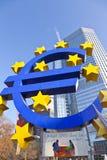 Großes Eurozeichen und Fahne Lizenzfreie Stockfotografie