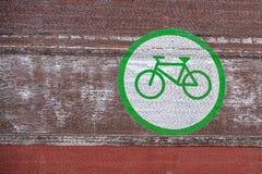 Großes Fahrradzeichen auf der Backsteinmauer stockbilder