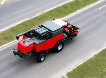 Großes Fahrzeug (Mähdrescher) auf der Straße Stockfotografie
