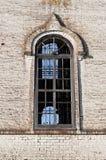 Großes Fenster der alten orthodoxen Kirche Stockbilder