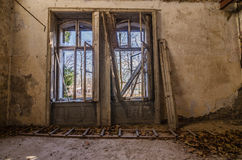 großes Fenster in der alten Villa Stockfotos