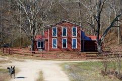 Großes Fenster-rotes Landwirtschaftshaus lizenzfreies stockbild