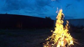 Großes Feuer auf Hinterhof, später Abend stock footage