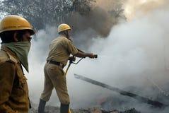 Großes Feuer bricht im Kolkata Elendsviertel aus Stockfotos