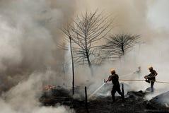 Großes Feuer bricht im Kolkata Elendsviertel aus Stockbilder