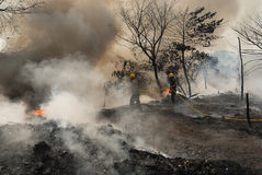 Großes Feuer bricht im Kolkata Elendsviertel aus Stockfotografie