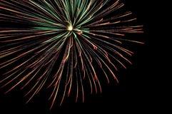 Großes Feuerwerk auf schwarzem Hintergrund stockfoto
