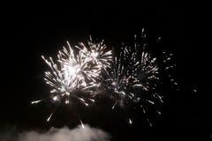 Großes Feuerwerksereignis auf dem schwarzen Himmel stockfotos