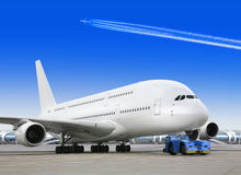 Großes Fluggastflugzeug im Flughafen Lizenzfreies Stockbild