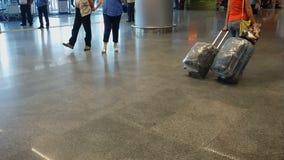 Großes Flughafenabfertigungsgebäude ist nie leere, Leutewarteankunft und Abfahrt stock video