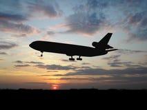 Großes Flugzeug über Sonnenuntergang Stockfotografie