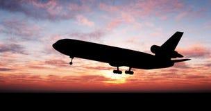 Großes Flugzeug über Sonnenuntergang Lizenzfreies Stockbild