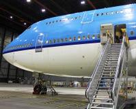 Großes Flugzeug im Hangar Lizenzfreie Stockfotografie