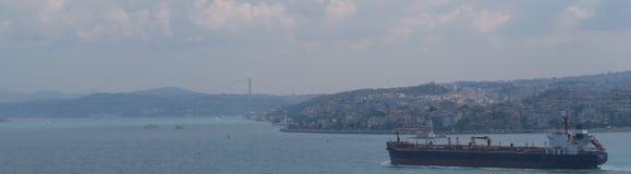 Großes Frachtcontainerschiff, das durch Bosphorus, in Istanbul, die Türkei überschreitet Stockfoto
