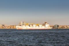 Großes Frachtschiff, das entlang dem Bosphorus-Kanal auf dem Hintergrund der Küste auf dem Hintergrund fortfährt stockbilder