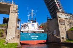 Großes Frachtschiff kommt zum schmalen Zugang des Verschlusses Stockfotografie