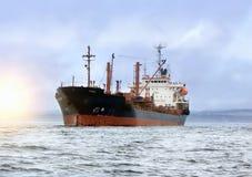Großes Frachtschiff in Meer lizenzfreies stockbild