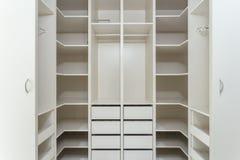Großes Garderobenschließfach für Kleidung Stockfoto