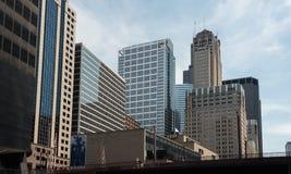 Großes Gebäude auf einer Straße von Chicago im Stadtzentrum gelegen stockbild