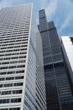 Großes Gebäude auf einer Straße von Chicago im Stadtzentrum gelegen lizenzfreie stockbilder