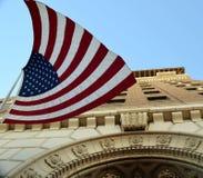 Großes Gebäude mit amerikanischer Flagge Stockfotos