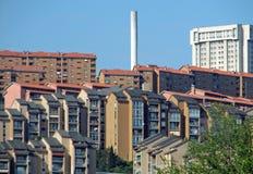 großes Gebäude mit Wohnungen und Kamin Lizenzfreie Stockbilder
