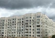 Großes Gebäude und graue Wolken Lizenzfreies Stockfoto