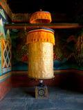 Großes Gebetsrad für gutes Karma in Bhutan Stockbilder